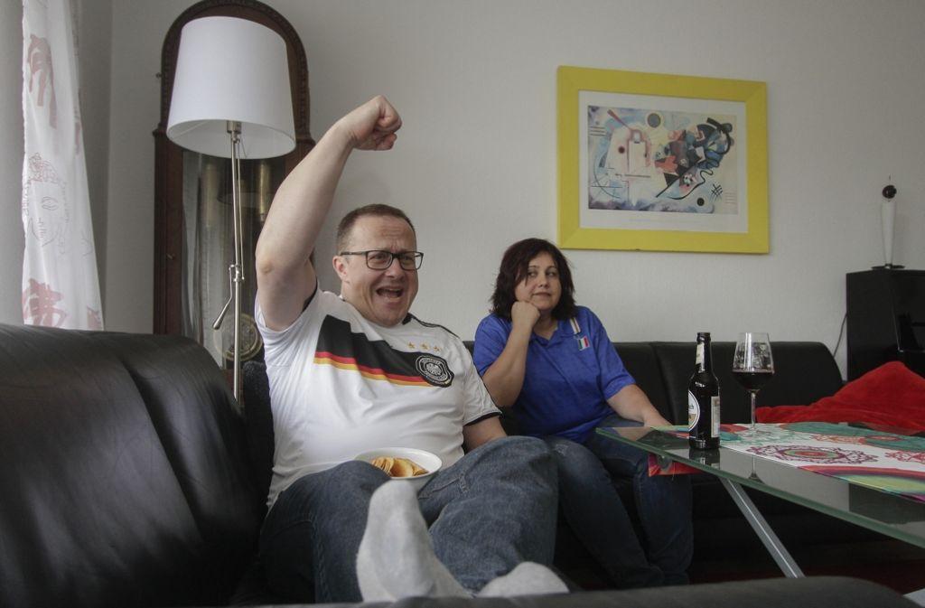 Deutsch italienisches paar schaut halbfinale die for Wohnzimmer stuttgart