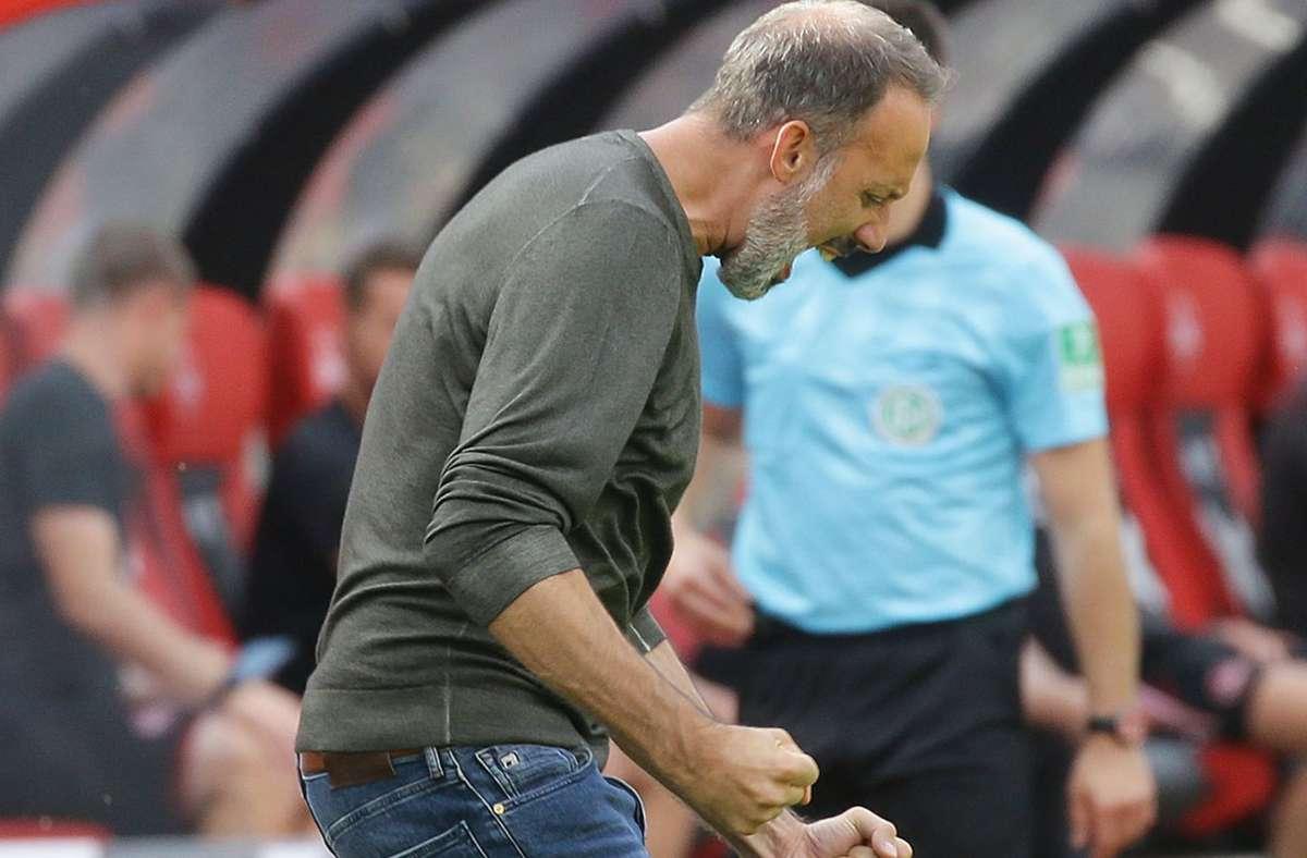 Trainer Pellegrino Matarazzo bejubelt den so gut wie sicheren Aufstieg des VfB Stuttgart. Foto: Baumann