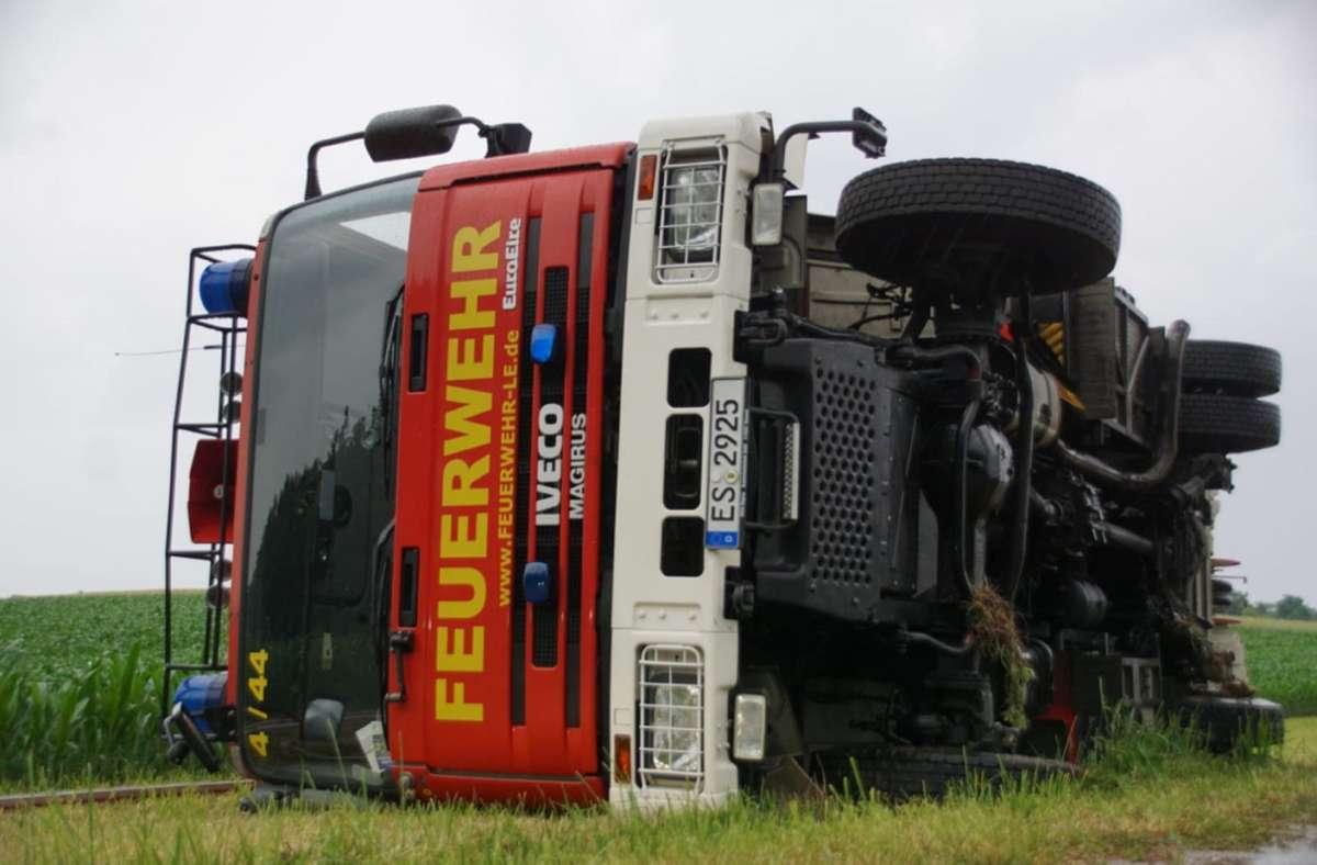 Eine unglückliche Situation führte im Juni dazu, dass dieses Musberger Feuerwehrauto auf der Fahrt zu einem Einsatzort umgekippt ist. Foto: SDMG/Boehmler