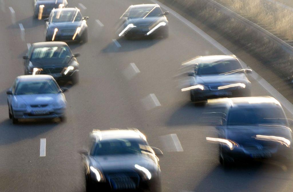 Im Rems-Murr-Kreis haben sich zwei Autos ein Straßenrennen geliefert (Symbolbild). Foto: dpa