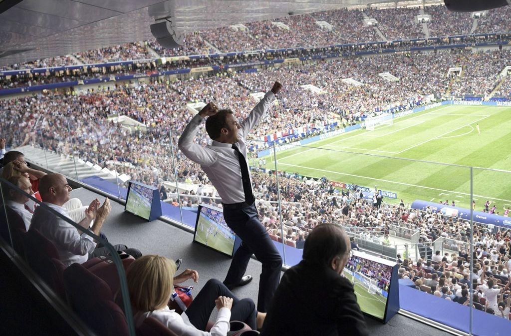 Ein Bild, das um die Welt ging: Frankreichs Präsident Macron jubelt nach dem WM-Sieg der Equipe Tricolore. Foto: Pool Sputnik Kremlin