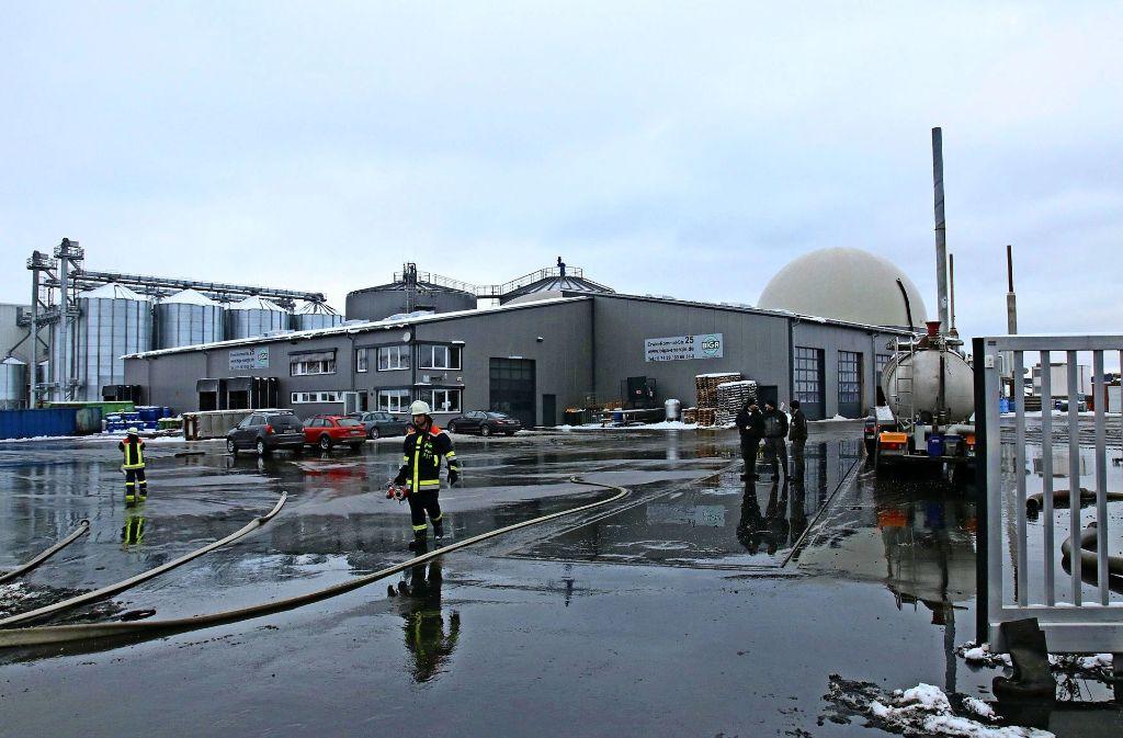 Eine braune Brühe vergärter Essensreste läuft aus einem Tank auf dem Gelände einer Biogasanlage in Engstingen aus. Foto: 7aktuell.de/Lukas Felder