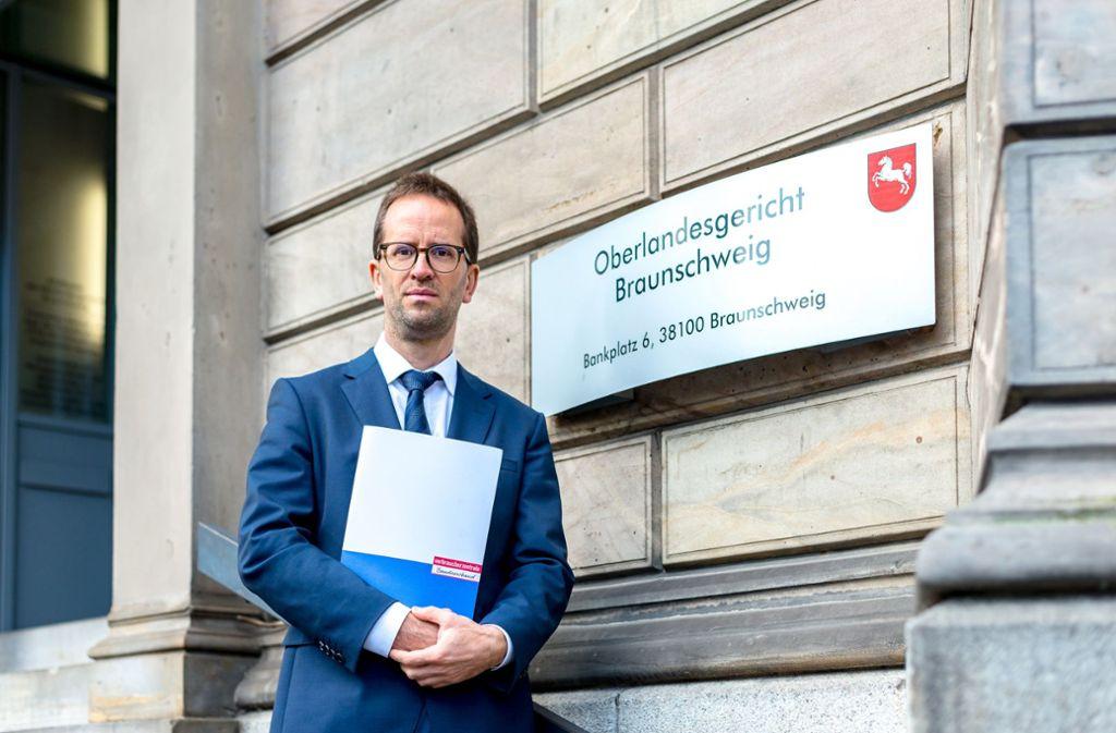 Konsumentenschützer Klaus Müller vor dem OLG Braunschweig: Die Verbraucherzentralen rechnen sich im Verfahren gegen Volkswagen gute Chancen aus. Foto: dpa/Yasmina Aust