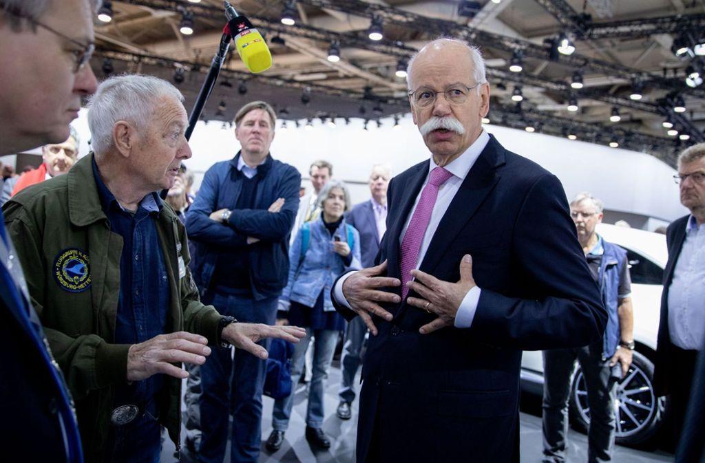 Dieter Zetsche mit Aktionären. Foto: dpa
