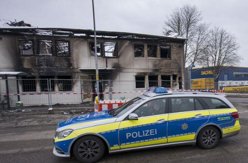 Experten der Polizei können Brandruine nicht betreten