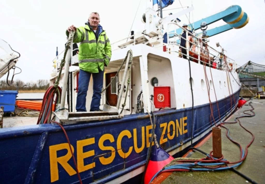 """Die private Initiative Sea-Watch leistet auf dem Mittelmeer Nothilfe für Flüchtlingsboote in Seenot. Im Bild zu sehen ist der Skipper Ingo Werth auf der """"Sea-Watch II"""". Foto: dpa"""