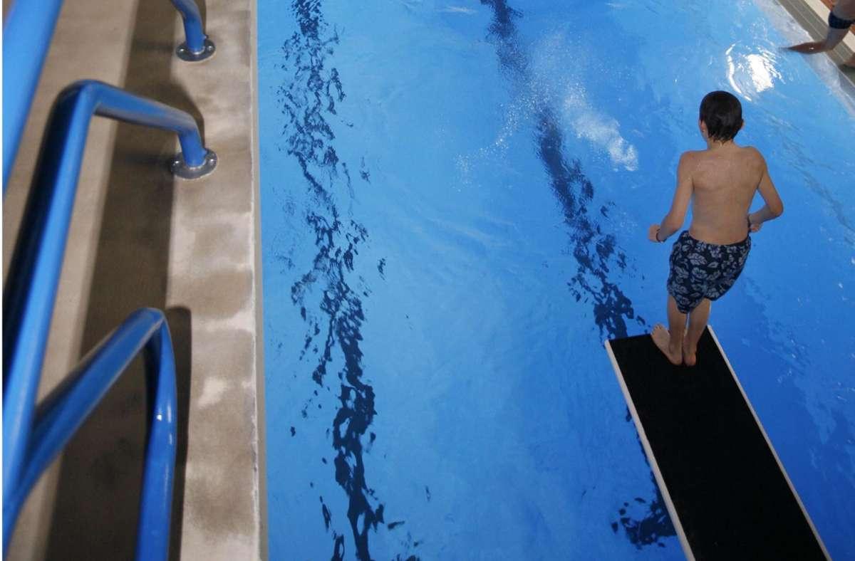 Einen Neuanfang nach Corona und damit einen Sprung ins kalte Wasser wagt derzeit das Hallenbad in Weil der Stadt. Foto: /factum/Karin Rebstock