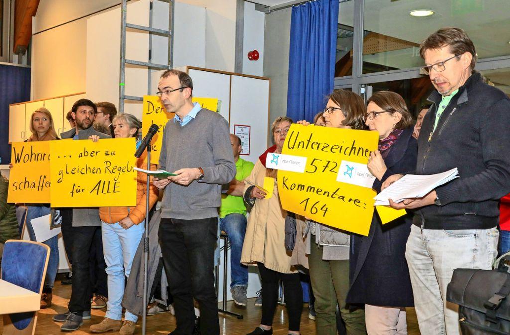 In der Sitzung des Gemeinderats überreichten die Gegner mehr als 500 Unterschriften. Foto: Thomas Krämer