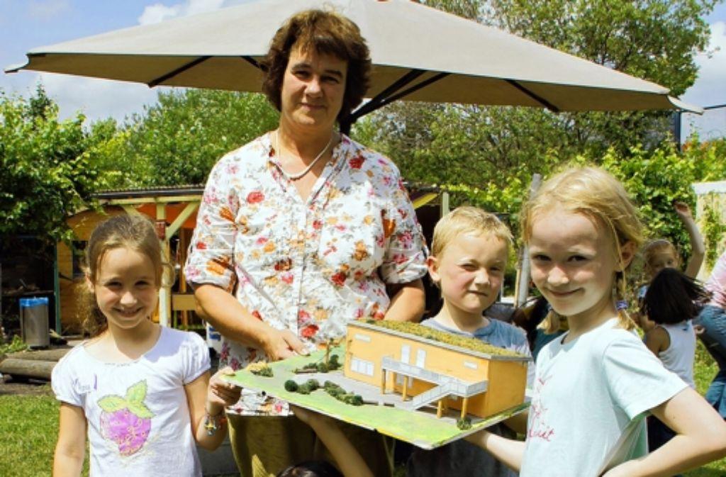 Noch müssen sich die Kinder auf der Jugendfarm mit dem Modell des Neubaus begnügen. Mitte September soll mit den Bauarbeiten begonnen werden. Foto: Leonie Hemminger