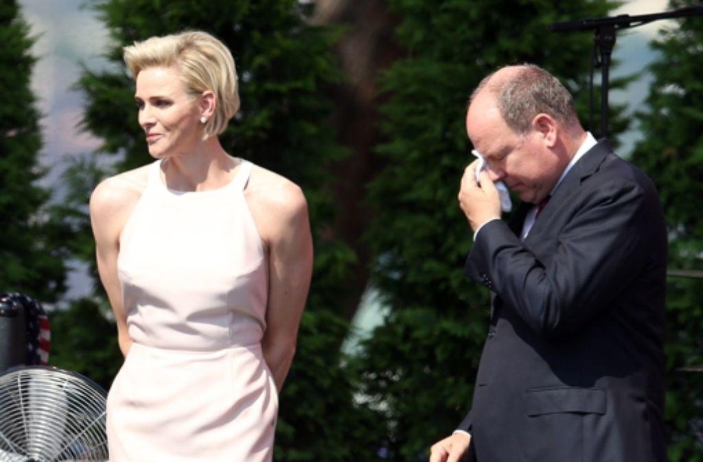 Mit einer öffentlichen Liebeserklärung seiner Frau Charlène hatte Albert offensichtlich so nicht gerechnet. Ihre warmen Worte rührten ihn zu Tränen. Foto: dpa