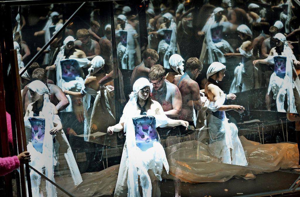 Das Modell im Spiegelkabinett: Sandra Gerling als Lulu und Paul Grill als Maler Schwartz Foto: Thomas Aurin