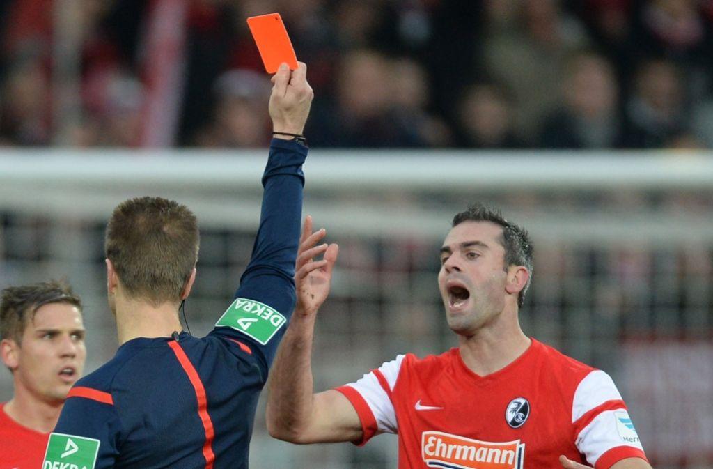 Jetzt auch schon vor dem Anpfiff des Spiels regelkonform: Eine Rote Karte für einen Übeltäter. Foto: dpa