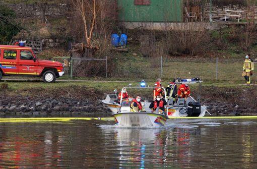 Feuerwehr errichtet Ölsperre im Neckar