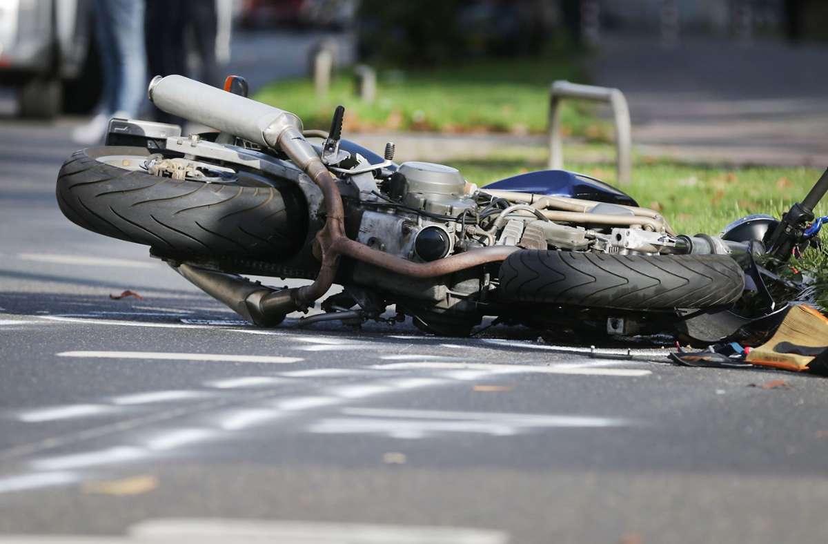 Das Motorrad wurde bei dem Unfall so stark beschädigt, dass es abgeschleppt werden musste. Insgesamt schätzt die Polizei den Schaden auf knapp 38.000 Euro (Symbolbild). Foto: dpa/David Young
