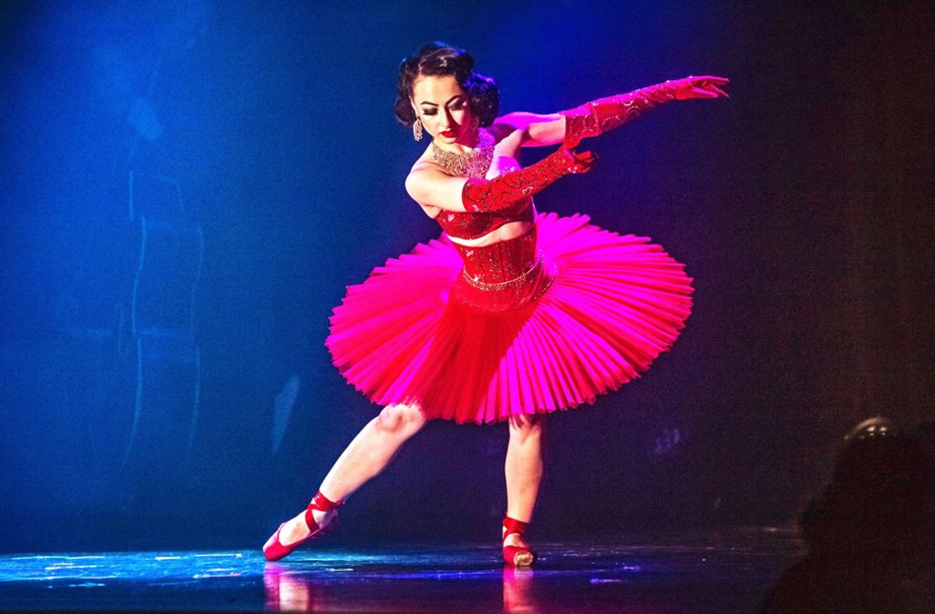 Katrin Gajndr aus Russland in glühendem Rot. Foto: Lichtgut/Julian Rettig