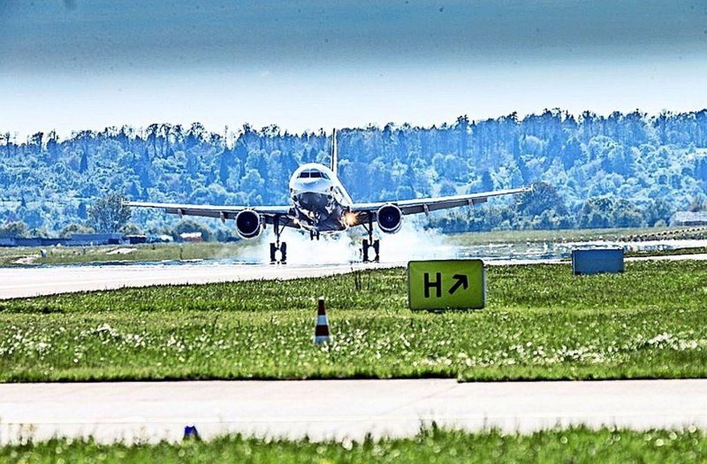 Die Landungen haben die Piste in Mitleidenschaft gezogen. Foto: Flughafen Stuttgart