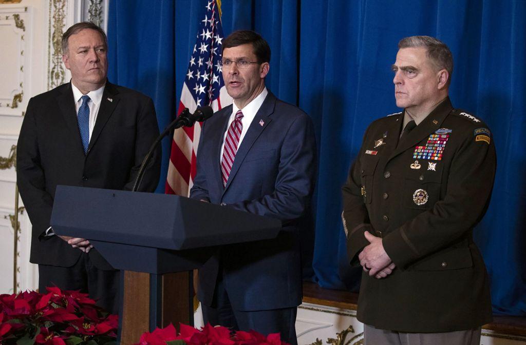 Mark Esper (Mitte) ist der Verteidigungsminister der USA. Foto: dpa/Evan Vucci