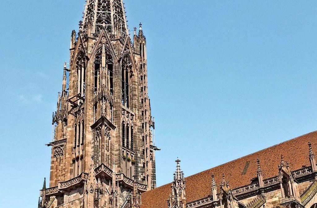 """116 Meter hoch und unstrittig das Wahrzeichen Freiburgs: das Münster. Lange bleibt der   Turm aber nicht """"nackt"""", in drei Jahren wird  das nächste Gerüst errichtet. Foto: Siebold"""