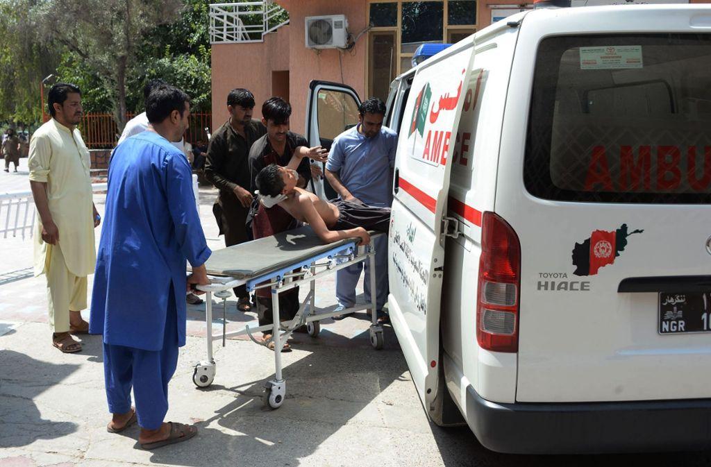 In Afghanistan haben Angreifer bei einem Überfall auf das Bildungsamt der Stadt Dschalalabad nach Angaben eines Augenzeugen möglicherweise bis zu 30 Menschen als Geiseln genommen. Foto: AFP