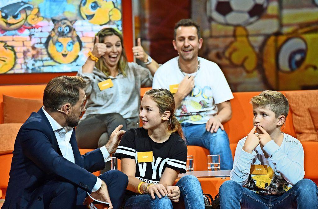 Familie Leumann aus der Schweiz – hier mit dem Moderator Steven Gätjen (li.) – hat am Ende die  Geldtrophäe geholt. Foto: ZDF