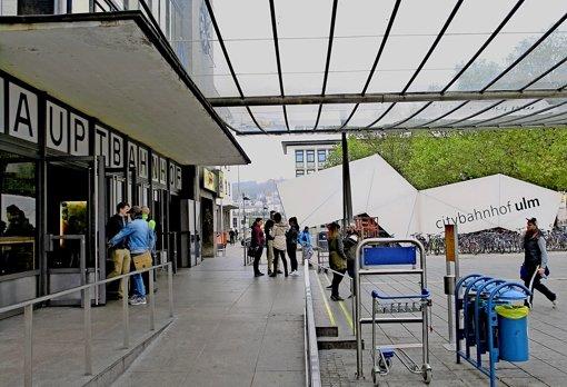Der Ulmer Hauptbahnhof und sein Umfeld verkörpern den Baugeschmack der 70er Jahre. Reisende ärgern sich zunehmend über ständig still  stehende  Gepäckbänder im Bahnhofsinnern. Die Bahn nennt vor allem Vandalismus als Grund. Foto: Bäßler