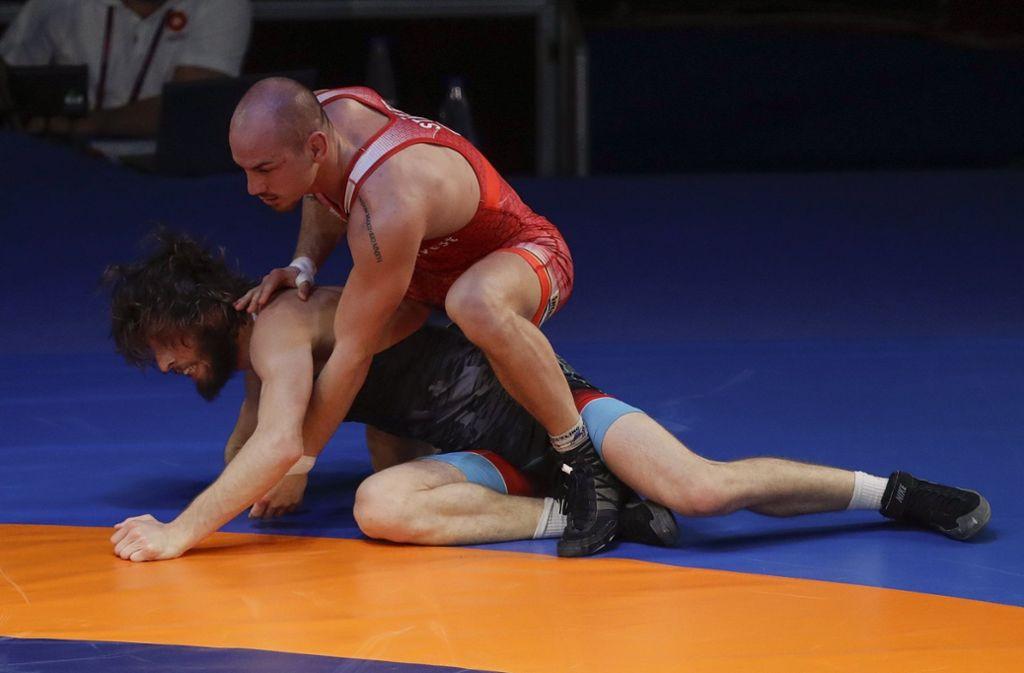 Frank Stäbler (oben) gewann gegen den Georgier Iuri Lomadze. Foto: dpa/Alessandra Tarantino