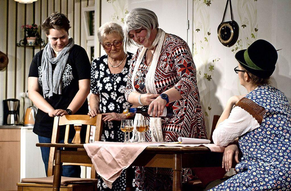 """Die """"Senioren-WG"""" des Neugereuter Theäterle begeisterte  auf der Bühne und bekam bei ihrer Premiere immer wieder   Szenenapplaus. Foto: Andreas Bauer/Neugereuter Theäterle (z)"""