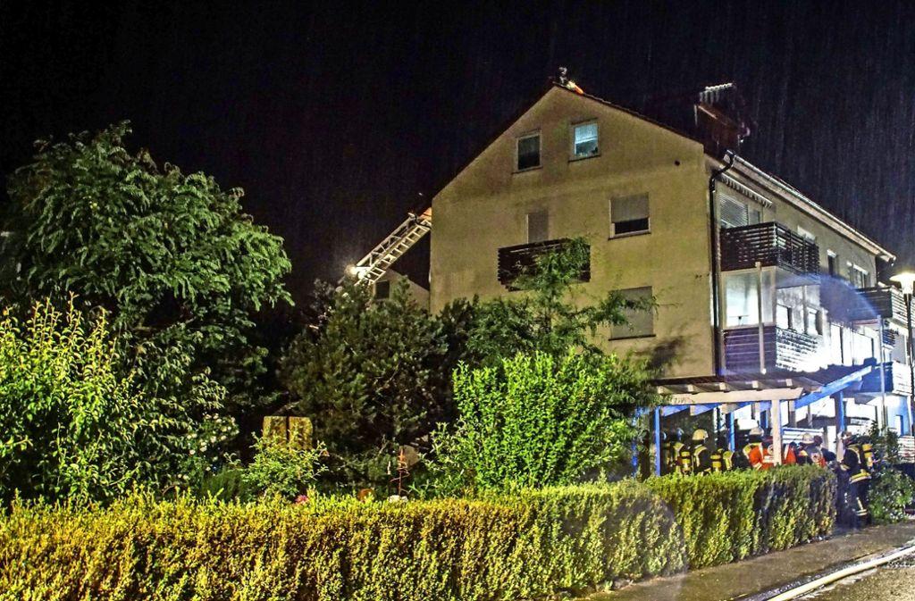 Schon kurz nach dem Blitzeinschlag sind die Rettungskräfte in Renningen vor Ort. Foto: SDMG