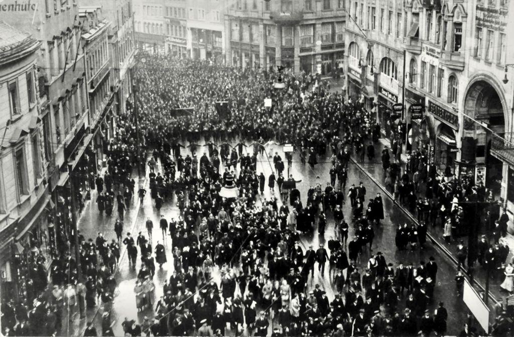 Stuttgart geht auf die Straße. Vor genau hundert Jahren wird auf der Eberhardstraße demonstriert. Foto: Württ. Landesbibliothek