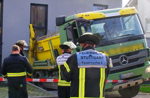 Lastwagen prallt auf Haus – hoher Schaden