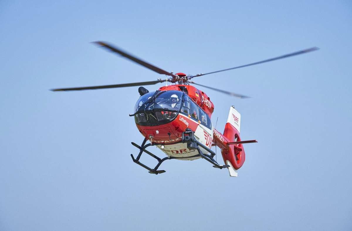 Ein Rettungshubschrauber brachte die 20-Jährige in eine Klinik. (Symbolbild) Foto: dpa/Bert Spangemacher
