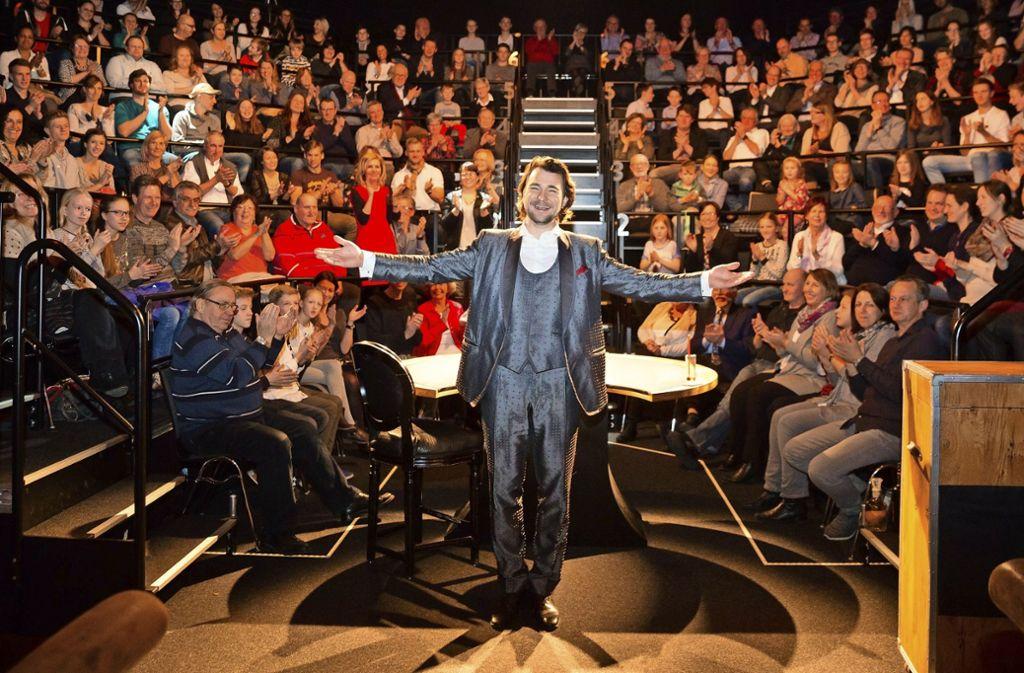 Der Zauberkünstler Thorsten Strotmann vor  Publikum in seinem nur sieben Reihen umfassenden Theater im Römerkastell. Foto: Regine Hasenfuß