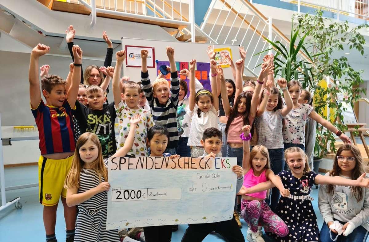 Stolze Summe: Die Schüler präsentieren den Spendenscheck. Foto: Erich-Kästner-Schule