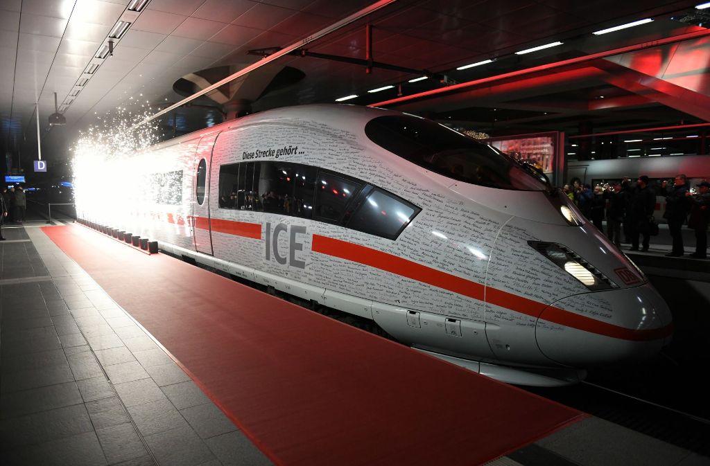 Der Sonderzug, der die neue ICE-Strecke München-Berlin zurückgelegt hat, steht im Hauptbahnhof Berlin. Foto: dpa