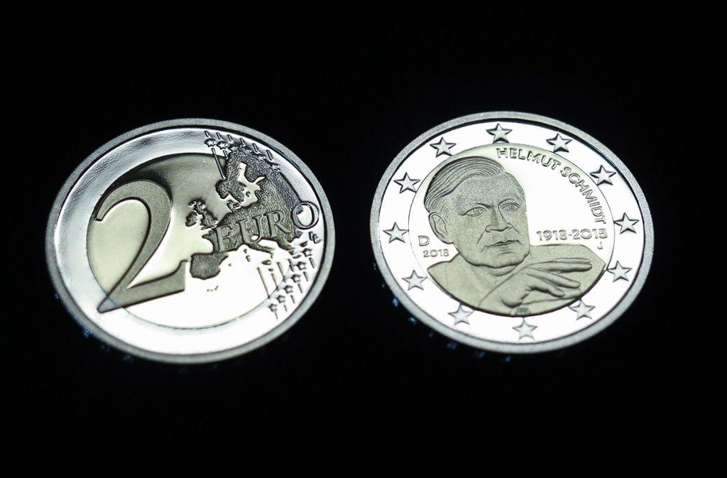 Das Konterfei von Helmut Schmidt ziert die neuen Zwei-Euro-Münzen. Foto: dpa