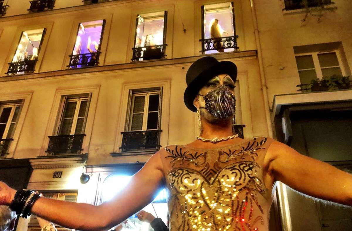 Die Travestie-Truppe Mixity stemmt sich in Paris mit einer sehr speziellen Revue-Show gegen die Corona-Tristesse. Die Bühne ist die Straße und fünf Fenster eines Wohnhauses. Foto: Krohn/Krohn