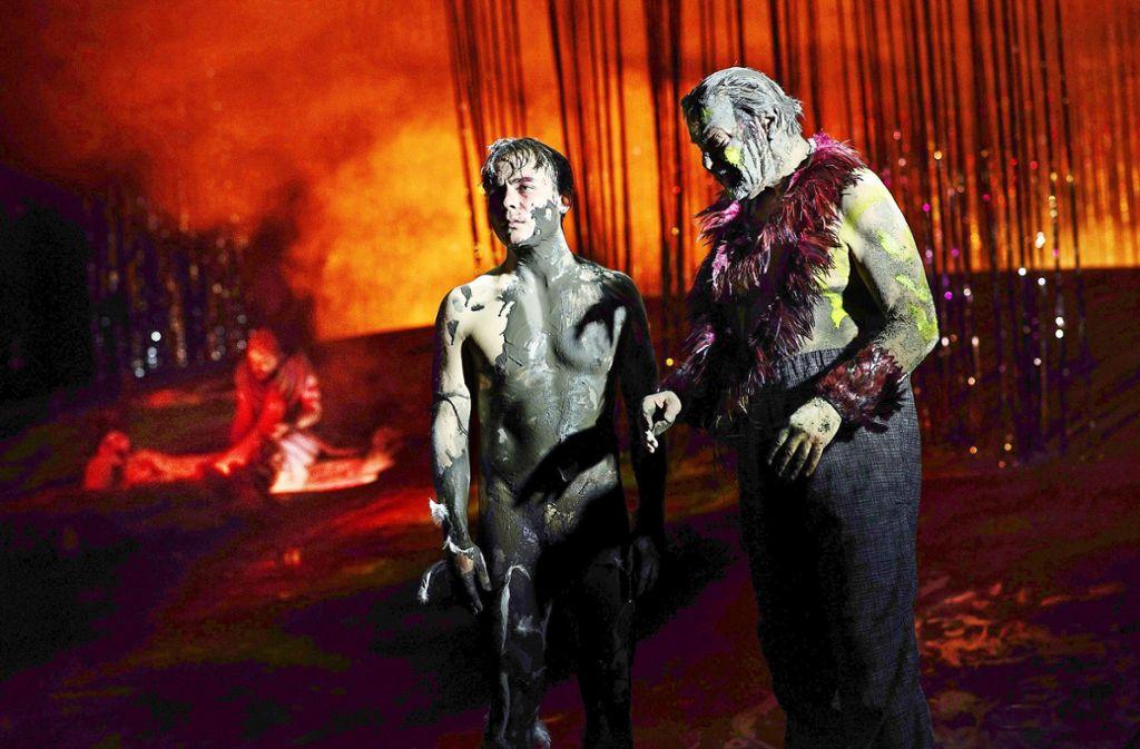 Apocalypse now: Ferdinand Lehmann (links) als verschlammter Karl mit Andreas Leupold als kriegsbemaltem Robinson Foto: JU