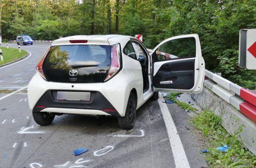 Motorradfahrer kommt in Gegenverkehr und prallt frontal auf Toyota