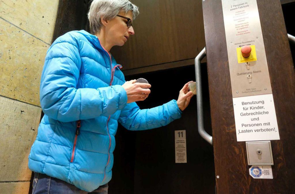 Silke Fischer vom Landesgesundheitsamt nimmt am Rathaus-Paternoster eine Probe. Foto: Lg/Zweygarth