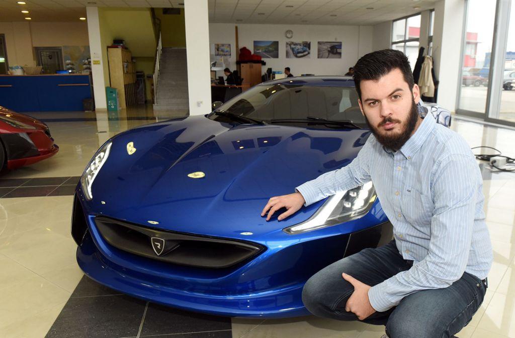 Rimac-Gründer Mate Rimac mit einem E-Sportwagen seines Unternehmens Foto: AFP