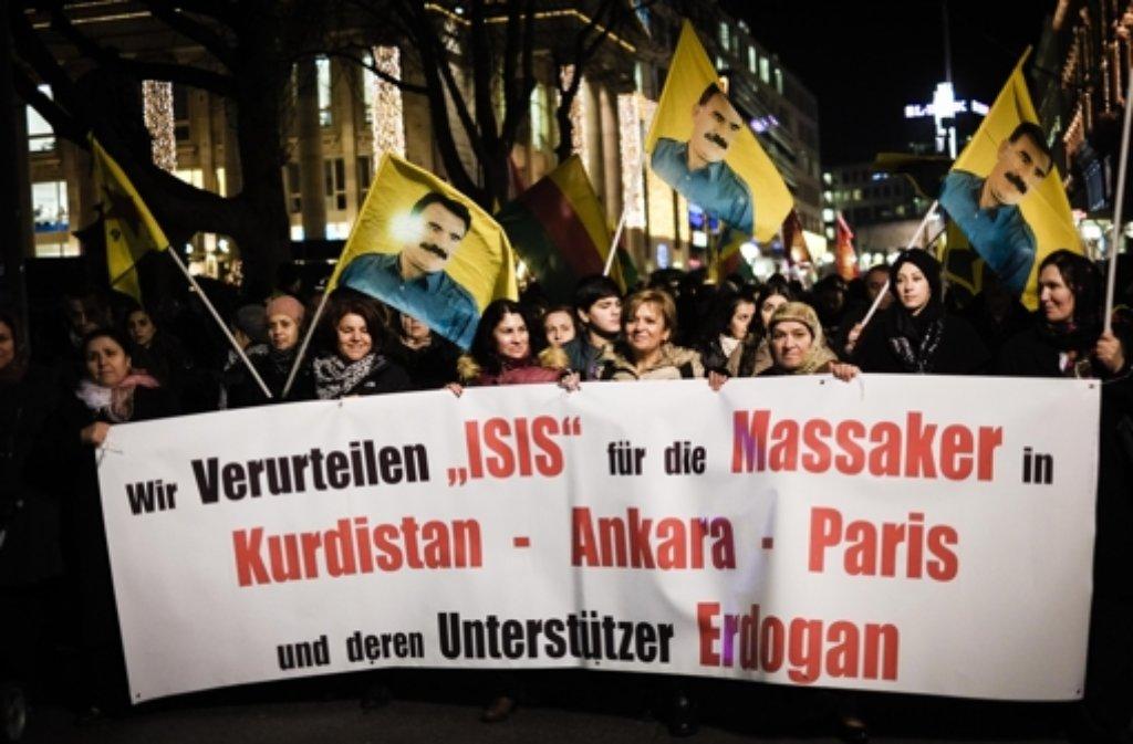 In Stuttgart sind am Dienstag 250 Menschen auf die Straße gegangen, um gegen die türkische Regierung zu demonstrieren. Foto: Lichtgut/Leif Piechowski