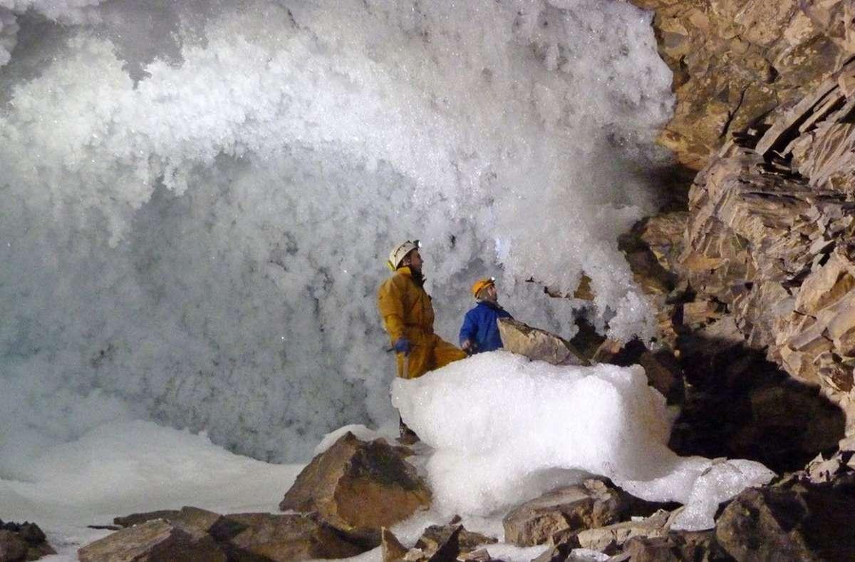 Wissenschaftler sammeln Daten zum Permafrost in einer Höhle in Sibirien. Foto: University of Oxford/dpa