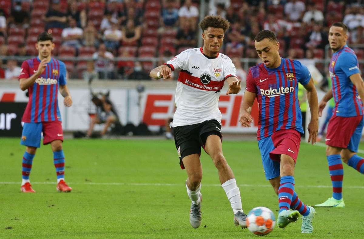 Rund um das Spiel zwischen dem VfB Stuttgart und dem FC Barcelona (hier Manuel Polster gegen Dest, rechts) wurde Corona zum großen Thema. Foto: Baumann/Hansjürgen Britsch