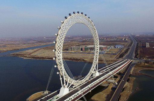 Dieses Riesenrad dreht sich auf einer Autobahnbrücke