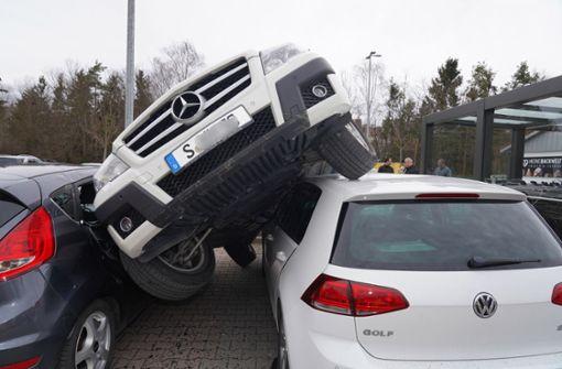 Fahrer schanzt mit Daimler auf parkende Autos
