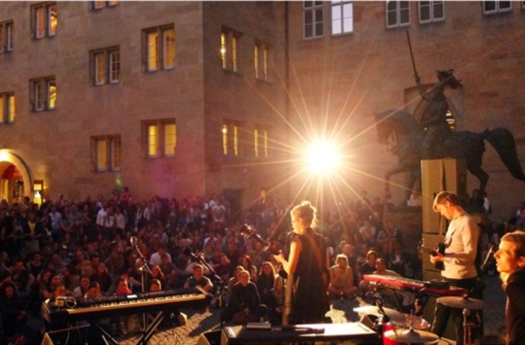 Sóley hat ihre Songs im Innenhof des Alten Schlosses vorgetragen. Das hat nicht nur musikalisch bestens gepasst. Foto: Jan Georg Plavec
