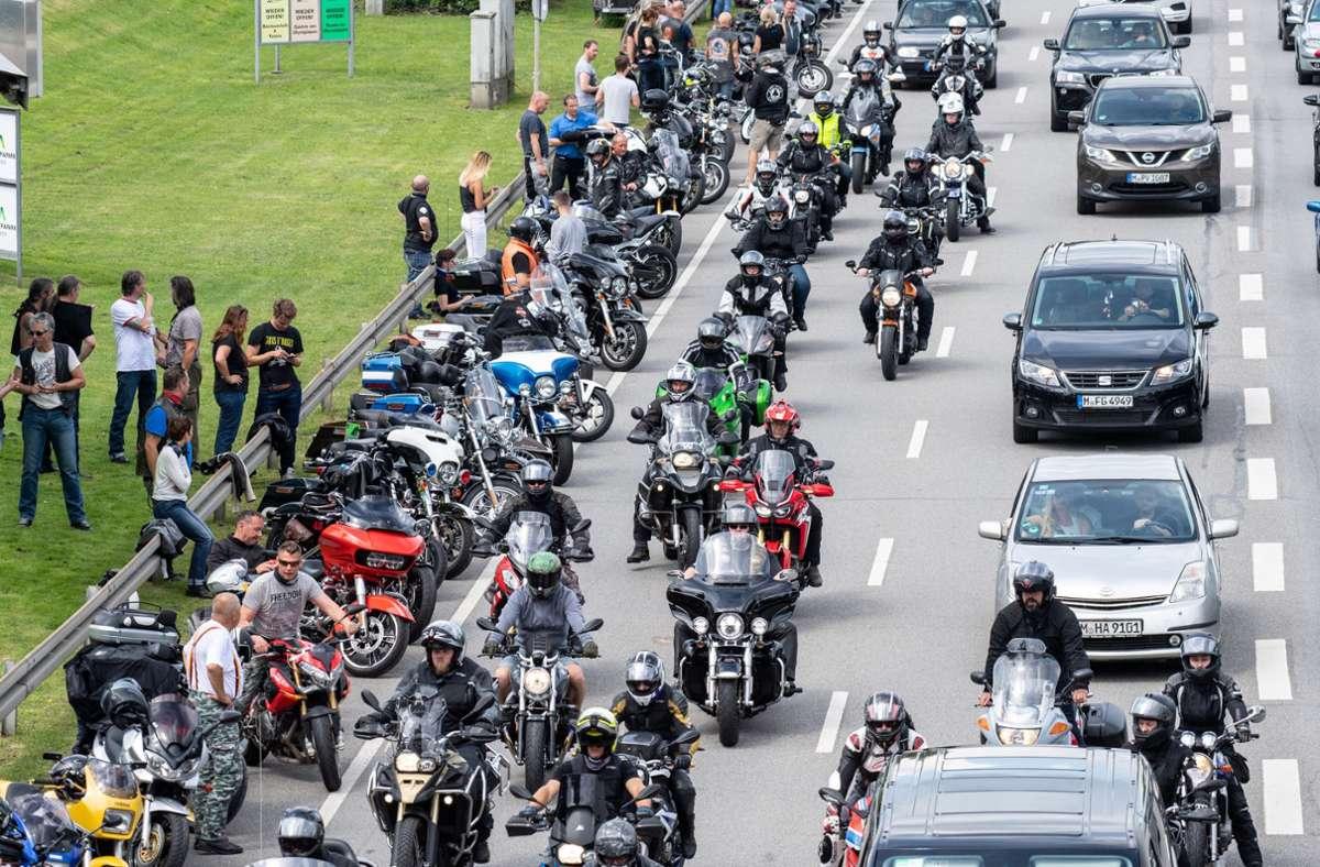 Tausende Motorradfahrer haben am Samstag in Baden-Württemberg und Bayern gegen das geplante Fahrverbot an Sonn- und Feiertagen demonstriert. Foto: dpa/Matthias Balk