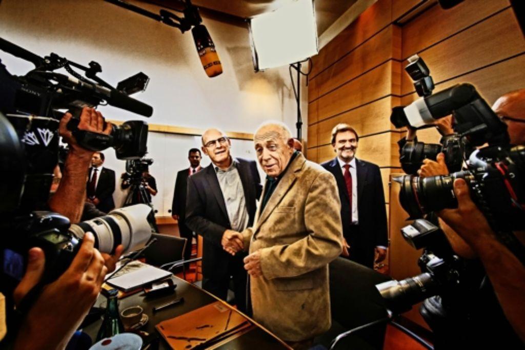 Heiner Geißler (vorne) plädierte am Ende des Faktenchecks für den Weiterbau. Bahnvorstand Volker Kefer (rechts)  vertrat die Seite der Projektbefürworter, der heutige Verkehrsminister Winfried Hermann war damals noch ein S-21-Gegner. Foto: Heinz Heiss