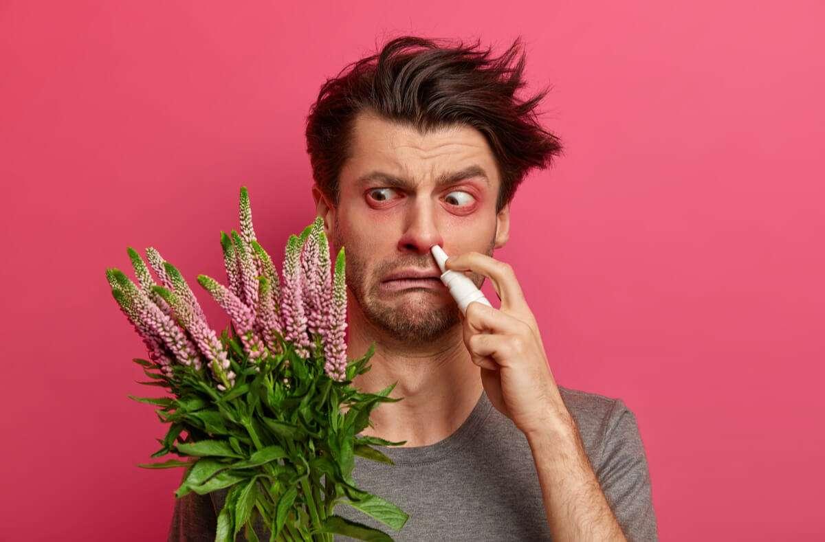 In diesem Artikel zeigen wir Ihnen, was Sie bei Heuschnupfen tun können. 18 wirksame Tipps gegen Heuschnupfen und Pollenallergie. Foto: Wayhome Studio / Shutterstock.com