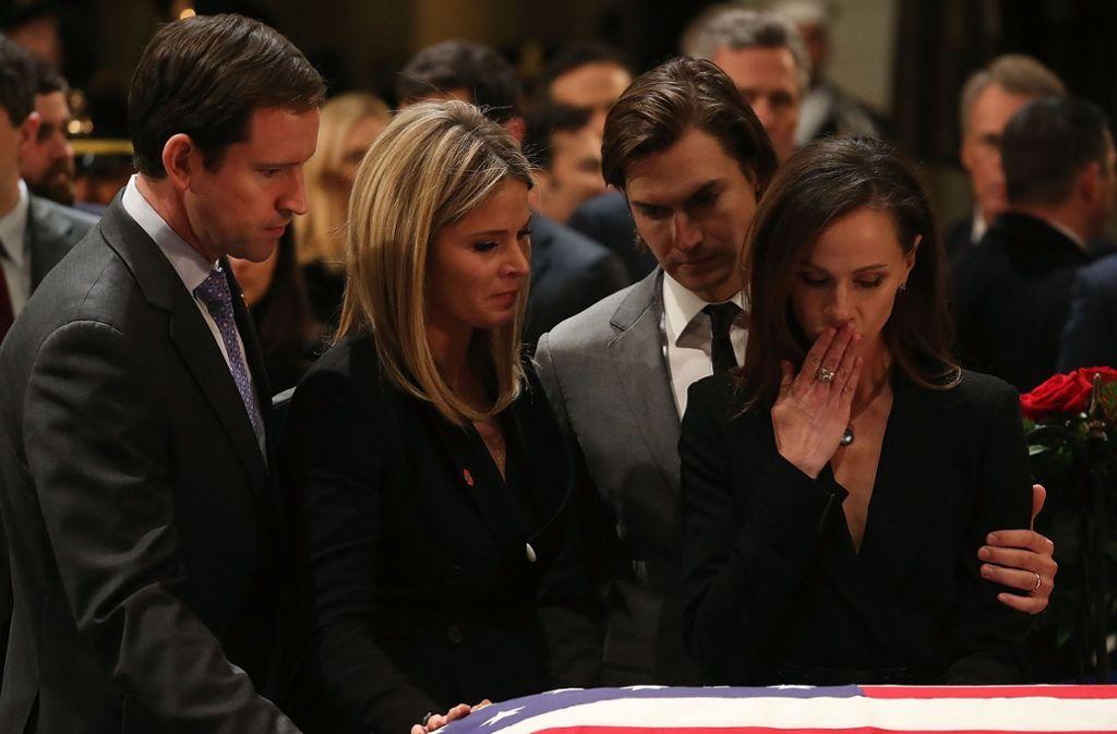 """""""Goodbye, Gampy"""": Jenna Bush Hager (links) und Barbara Bush nehmen Abschied von ihrem Großvater George H.W. Bush. Foto: Getty"""